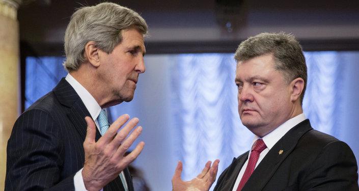 Ukrainian President Pyotr Poroshenko, right, and US Secretary of State John Kerry during the meeting in Kiev