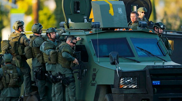 Police officers conduct a manhunt after a mass shooting in San Bernardino, California December 2, 2015. ©Mike Blake