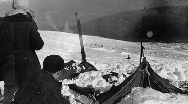 A view of the tent as the rescuers found it on February 26, 1959. © Wikipedia
