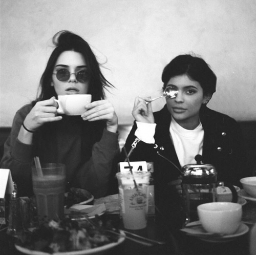 Kylie Jenner posted this on Instagram on Jan 3rd. Who hides one eye while eating breakfeast? Youve guessed it: Vain-ass Illuminati pawns.
