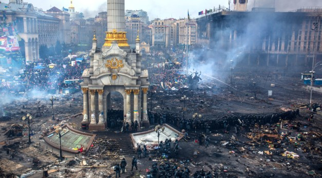 Police officers and opposition supporters are seen on Maidan Nezalezhnosti square in Kiev, where clashes began between protesters and the police, February 19, 2014. © Andrey Stenin