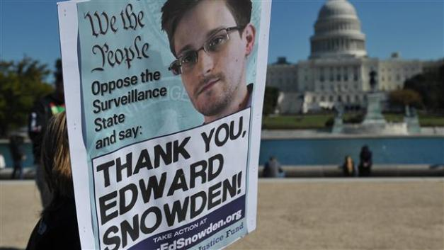In this October 26, 2013 file photo, demonstrators hold placards supporting former US intelligence analyst Edward Snowden during a protest against government surveillance in Washington, DC. (AFP photo)