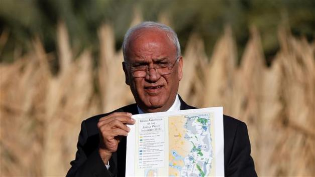 Palestinian chief negotiator Saeb Erekat shows a map as he addresses journalists on Jan. 20, 2016 in Jericho. (Photo by AFP)