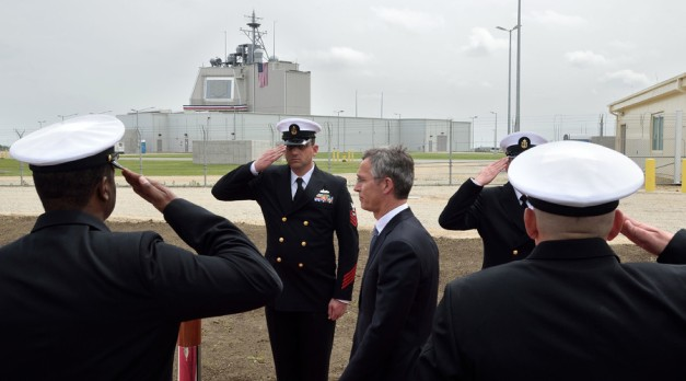 NATO Secretary General Jens Stoltenberg (C) reviews an honour guard during an inauguration ceremony of the US anti-missile station Aegis Ashore Romania (in the background) at the military base in Deveselu, Romania on May 12, 2016. © Daniel Mihailescu