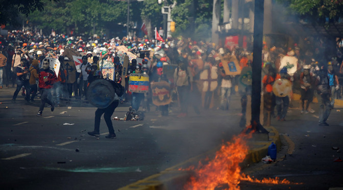 Opposition supporters clash with security forces during a rally against Venezuela's President Nicolas Maduro in Caracas, Venezuela May 20, 2017. © Carlos Garcia Rawlins / Reuters