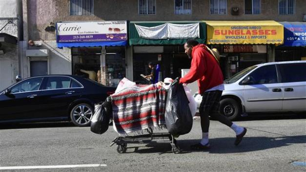 A man pushes his belongings in a cart on a street, November 10, 2017 in Los Angeles, California. (AFP photo)