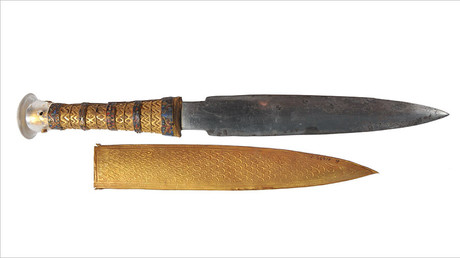 The iron dagger of King Tutankhamun pictured with its gold sheath. © onlinelibrary.wiley.com