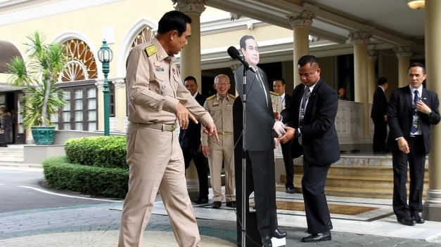 Thai PM evades press with cardboard cut-out of himself (VIDEO)