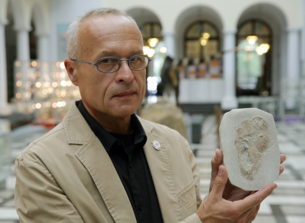 Gerard Gierlinski presents a plaster replica of one of the Trachilos footprints during a press conference in Warsaw, Poland, in September 2017. (Tomasz Gzell/EFE/EPA)