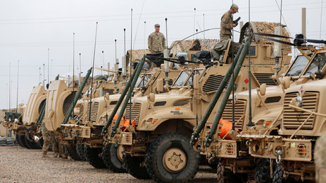 US soldiers gather near military vehicles at an army base in Karamless town, east of Mosul, Iraq, December 25, 2016 © Ammar Awad