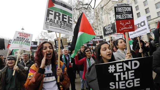 Protesters shout slogans and hold placards during a demonstration on Whitehall opposite Downing Street in central London on April 7, 2018 in support of the Palestinians in the Gaza Strip. (Photo by AFP)