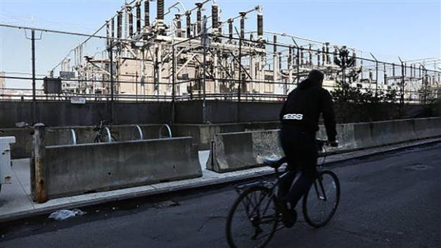 A Con Edison power plant stands in a Brooklyn neighborhood across from Manhattan on March 15, 2018 in New York City. (AFP photo)