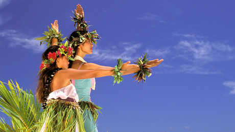 Two women in costume perform traditional hula dance, Hawaiian Islands. © Danita Delimont / Global Look Press