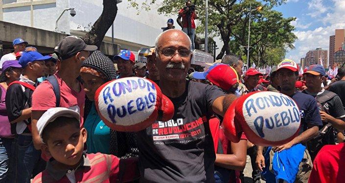 Manifestante de la marcha chavista convocada en Venezuela el 6 de abril de 2019